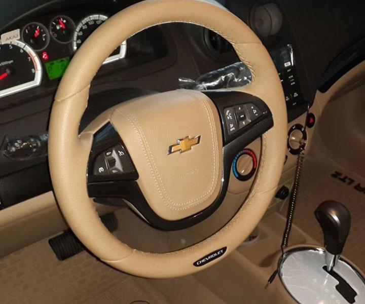 Руль обшитый кожей бежевого цвета с кнопками управления